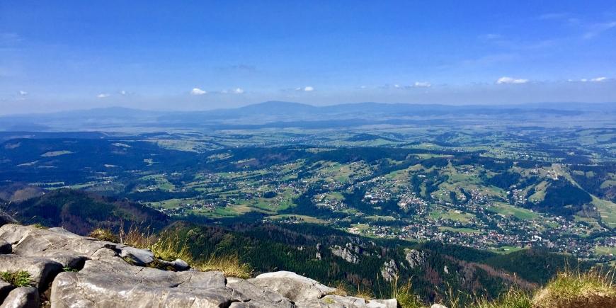 Medytacja na szlaku górskim, gdy każdy krok stawiasz z ogromną uważnością.